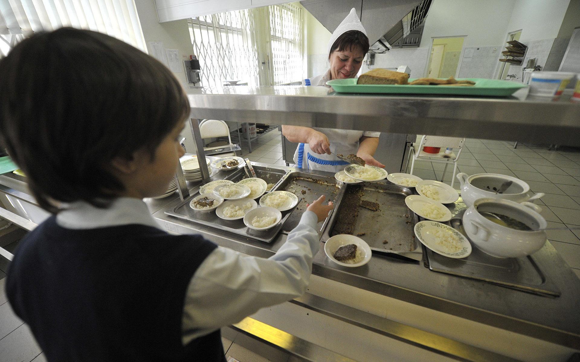 Российским школьникам запретят приносить еду из дома