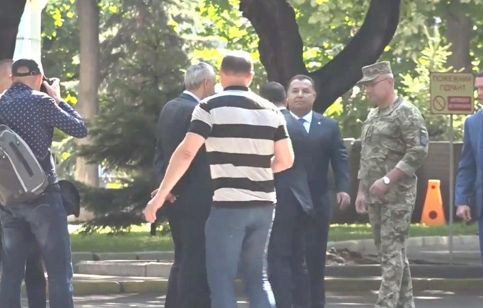 Зеленский грубо оттолкнул министра обороны Украины
