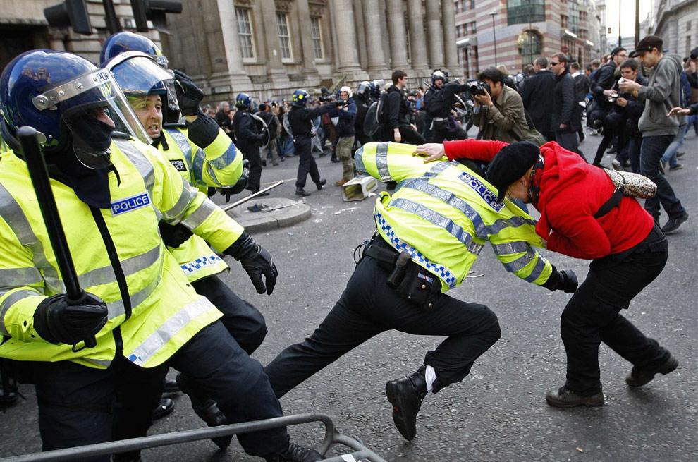 Полиция Лондона подверглась обстрелу после запрета климатических протестов