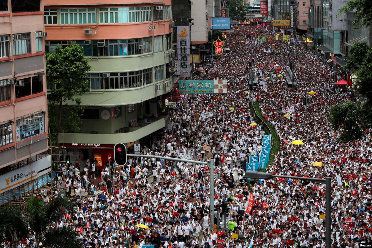 """В Гонконге тысячи протестующих требуют """"реальной автономии"""""""