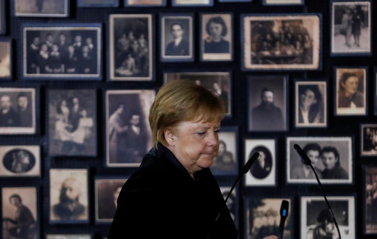 Ангела Меркель совершает первую поездку в Освенцим в качестве немецкого лидера