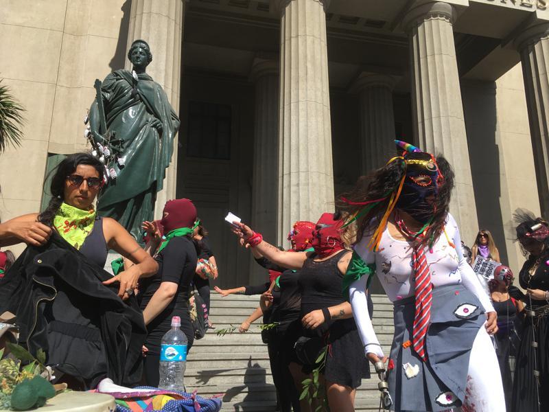 Женщины собираются на массовые протесты по всей Латинской Америке